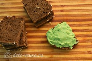 Бутерброды с авокадо и семгой: Смазать хлеб массой