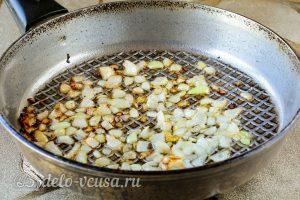 Несладкие вареники с тыквой: Обжарить лук