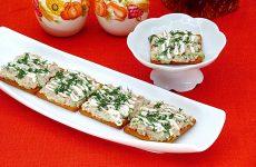 Закуска на крекерах из рыбных консервов