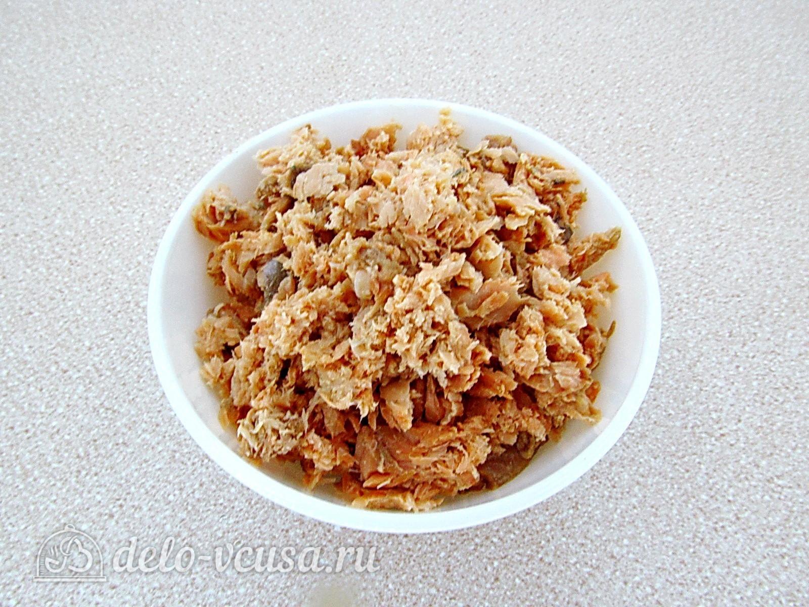 Закуска на крекерах из рыбных консервов: Размять консервы
