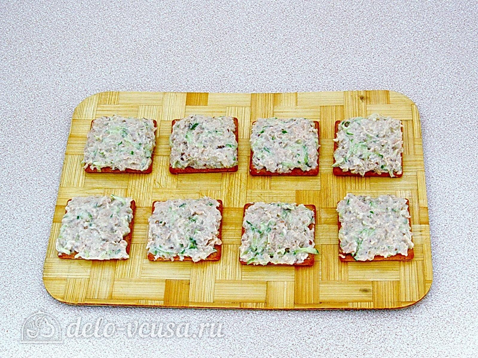 Закуска на крекерах из рыбных консервов: Смазать крекеры начинкой