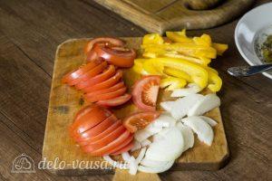 Запеченный карась с овощами: Нарезать овощи