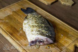 Запеченный карась с овощами: Натереть рыбу специями