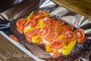 Запеченный карась с овощами: Выложить овощи на противень