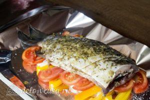 Запеченный карась с овощами: Выложить рыбу на овощи