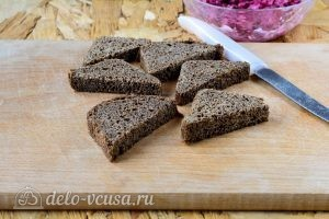 Бутерброды с селедкой и свеклой: Порезать хлеб