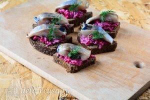 Бутерброды с селедкой и свеклой: Украсить зеленью