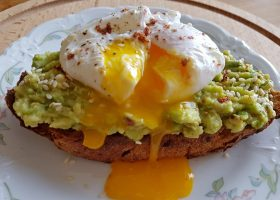 Бутерброды с авокадо и яйцом пашот