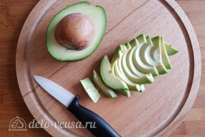 Бутерброды с авокадо и яйцом пашот: Порезать авокадо