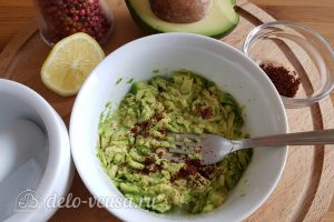 Бутерброды с авокадо и яйцом пашот: Размять авокадо и приправить