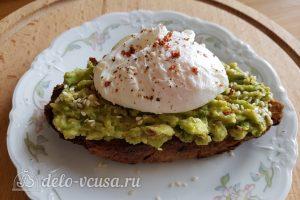 Бутерброды с авокадо и яйцом пашот: Собираем бутерброд