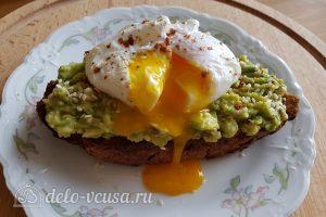 Бутерброд с авокадо и яйцом пашот готов