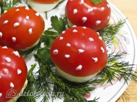 Половинки помидоров, на которых видны места плодоножек, маскируем листиками петрушки: Украшаем