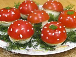 Половинки помидоров, на которых видны места плодоножек, маскируем листиками петрушки готовы