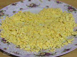 Фаршированные яйца Мухоморы: Желток размять