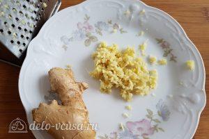 Имбирный пирог с яблоками: Натереть имбирь
