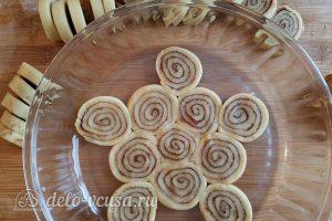 Имбирный пирог с яблоками: Выкладываем тесто в форму