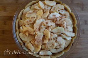 Имбирный пирог с яблоками: Добавить начинку в тесто