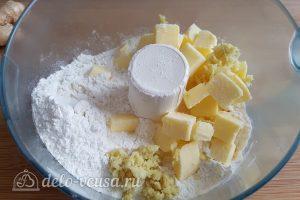 Имбирный пирог с яблоками: Соединить масло и муку