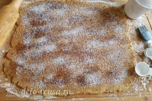 Имбирный пирог с яблоками: Посыпать корицей и сахаром