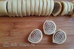 Имбирный пирог с яблоками: Нарезать рулет кусочками