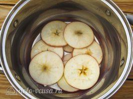 Яблочные чипсы в духовке: Добавить яблоки в кастрюлю