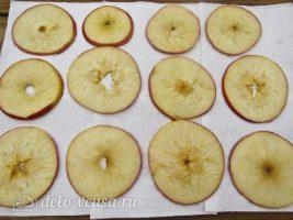 Яблочные чипсы в духовке: Разложить на пергамент