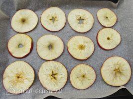 Яблочные чипсы в духовке: Кладем на противень