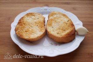 Салат Цезарь с креветками: Подсушить хлеб