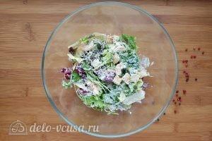 Салат Цезарь с креветками: Добавляем сыр