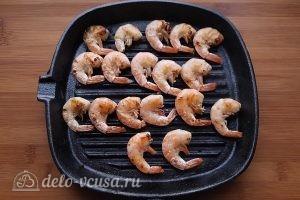 Салат Цезарь с креветками: Обжарить креветки на гриле