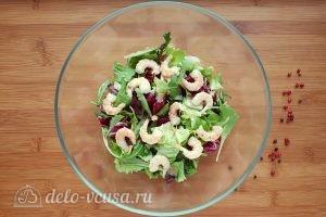 Салат Цезарь с креветками: Добавить морепродукты к салату
