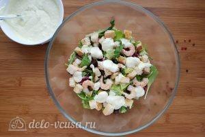 Салат Цезарь с креветками: Заправляем салат соусом