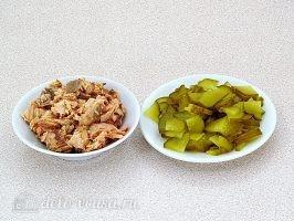 Салат Вечерний звон: Подготовить горбушу и соленые огурцы
