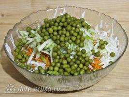 Салат Витаминка из капусты с яблоком: Добавить горох