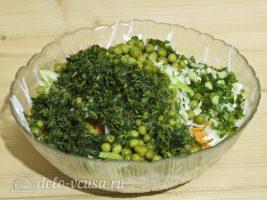 Салат Витаминка из капусты с яблоком: Порезать зелень