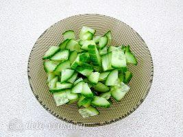 Салат из капусты с сельдереем и огурцом: Порезать огурцы