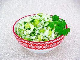Салат из капусты с сельдереем и огурцом готов