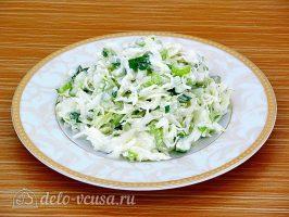 Салат из капусты с сельдереем и огурцом: Можно заправить майонезом