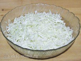 Салат с капустой и ветчиной: Измельчить капусту