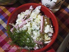 Салат с капустой и ветчиной готов