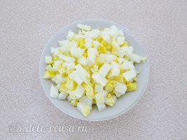 Салат из крабовых палочек, огурца и моркови по-корейски: Порезать яйца