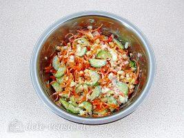 Салат из крабовых палочек, огурца и моркови по-корейски: Перемешать