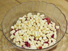 Салат из помидоров и сыра: Измельчить сыр