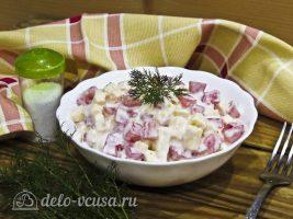 Салат из помидоров и сыра готов