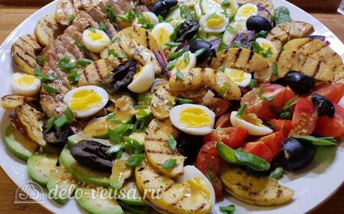 Салат с тунцом, айвой и авокадо