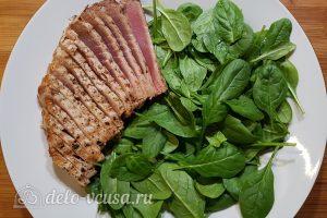 Салат с тунцом, айвой и авокадо: Укладываем стейк тунца