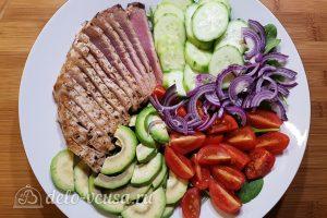 Салат с тунцом, айвой и авокадо: Добавляем овощи