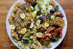 Салат с тунцом, айвой и авокадо готов