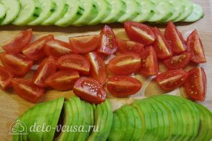 Салат с тунцом, айвой и авокадо: Порезать овощи